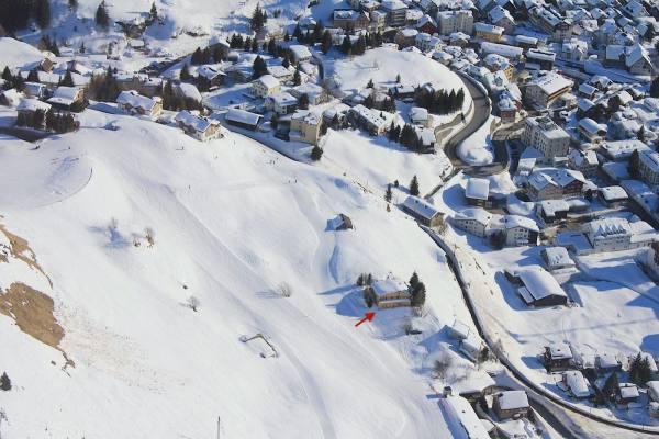 Bis vor die Hütte mit den Skiern, Luftansicht Schweizer Berghütte